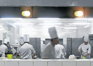 Cocina de un hotel. Foto: elcomercio.com