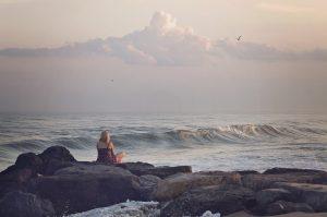 persona en la playa
