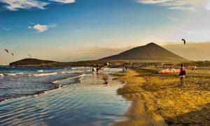 Medano con Bocinegro y Montaña Roja Guacimara
