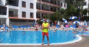 Yeray Rodríguez en la piscina de Apartamentos Casablanca en el Puerto de la Cruz, Tenerife