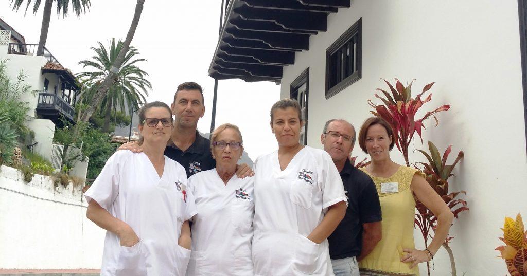 Carlos Hernández junto al personal de Apartamentos Los Telares en Hermigua, La Gomera