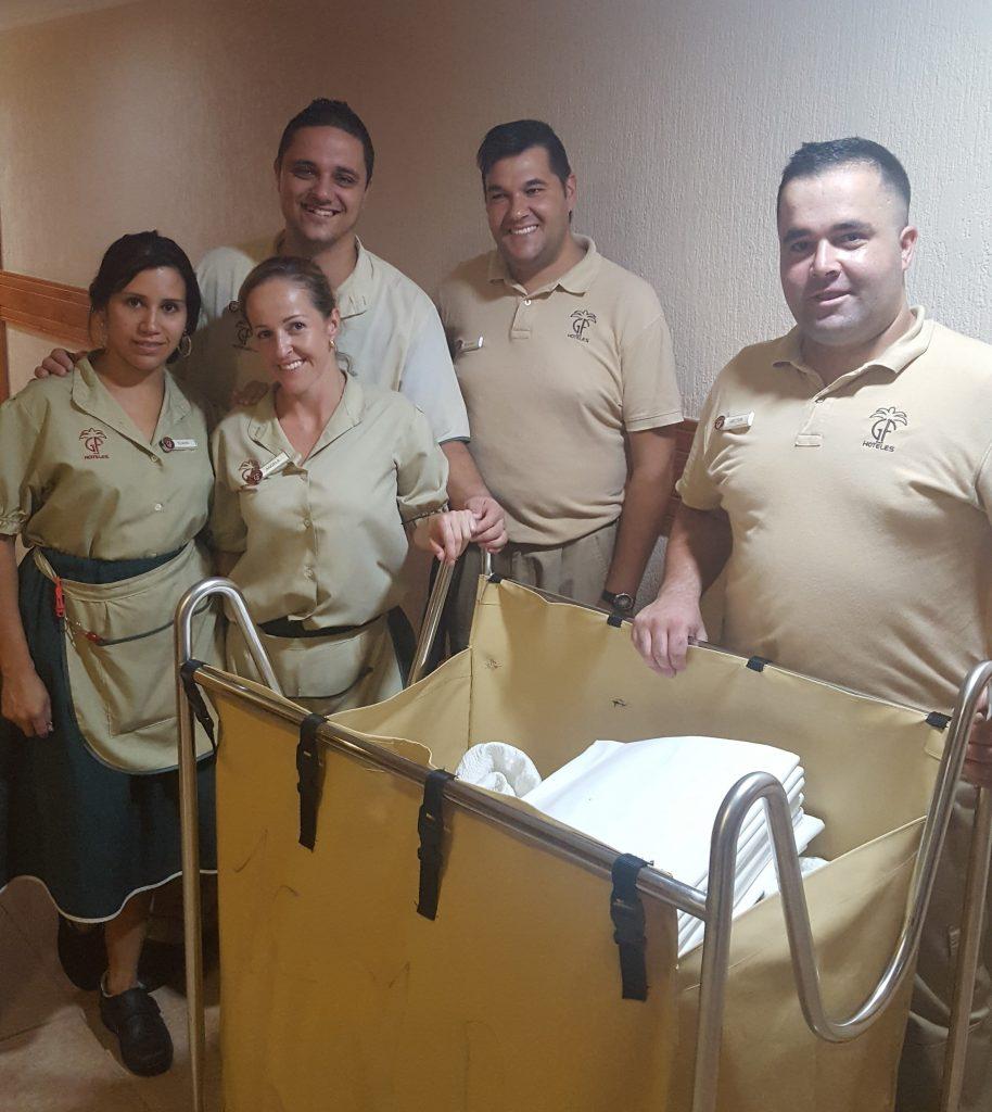 Thomas Jefferson y parte del equipo del departamento de pisos del hotel Fañabé Costa Sur de GH Hoteles, en Tenerife