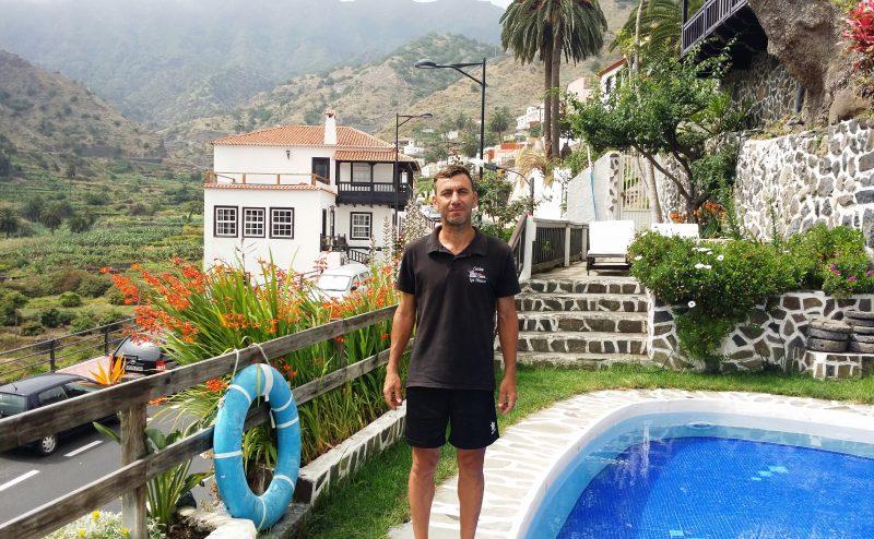 Carlos Hernández responsable de mantenimiento y piscinero de Apartamentos Los Telares en Hermigua