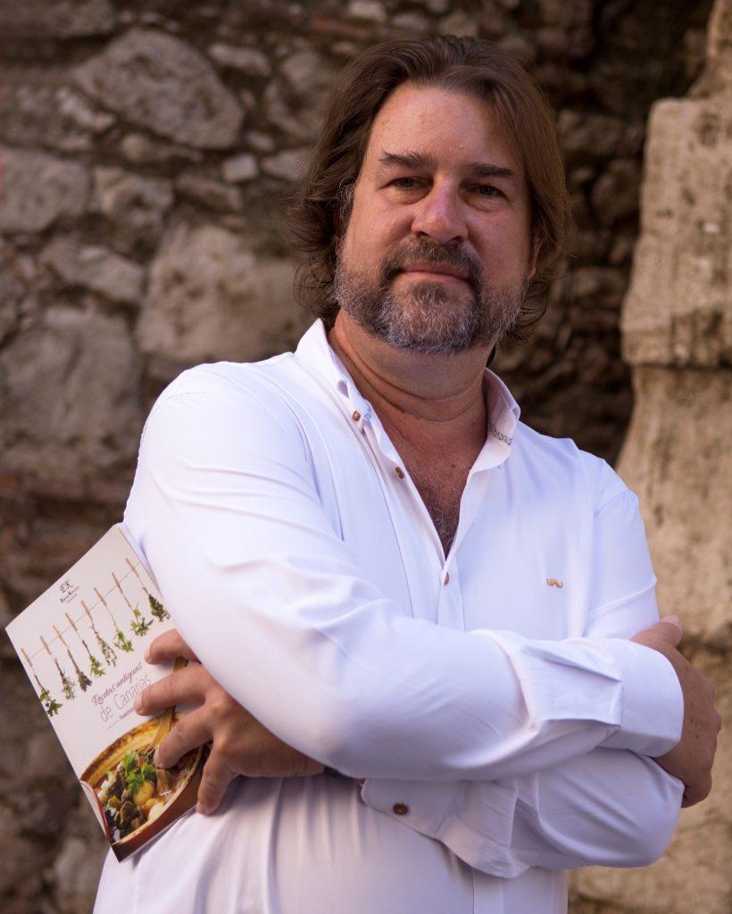 Francisco Belín con su libro Recetas Antiguas de Canarias