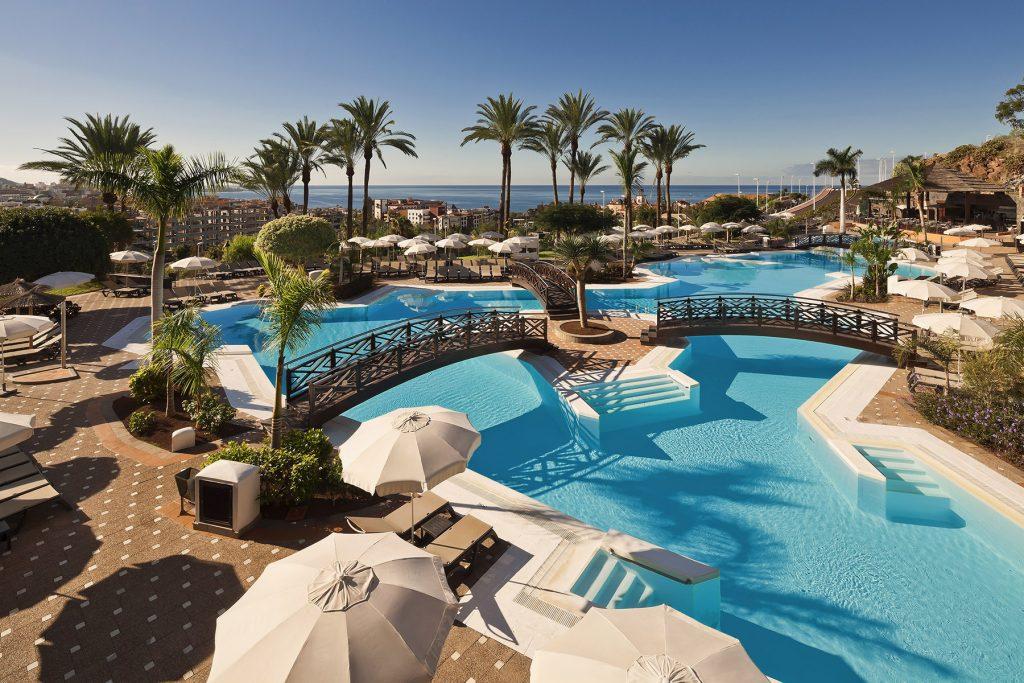 piscina del Melia Jardines del Teide en Tenerife, establecimiento asociado de Ashotel.