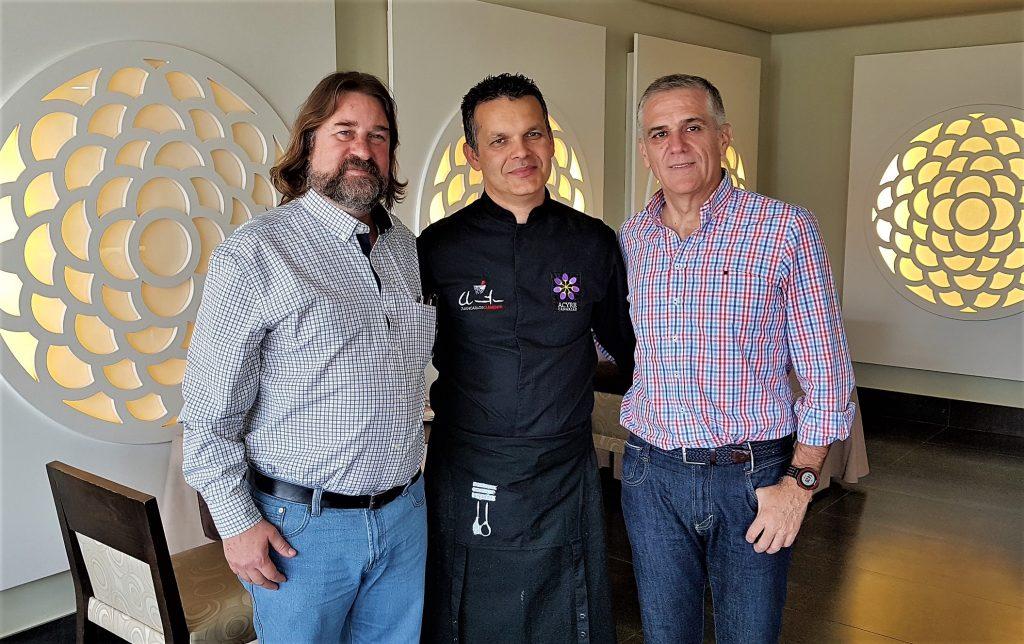 Francisco Belín, Juan Carlos Clemente y Áureo Cutillas en el restaurante El Ancla, en unas jornadas del gofio.