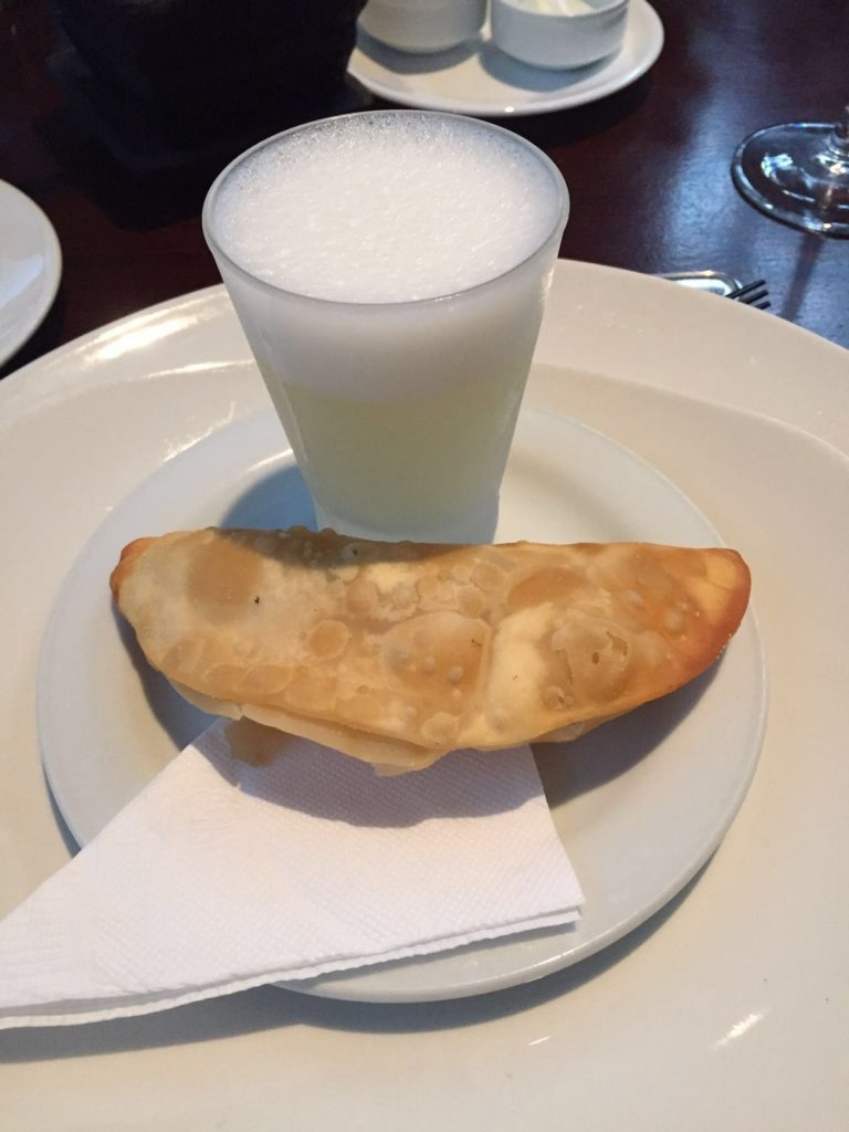 Pisco sour y empanada chilena