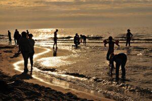 gente bañándose en la playa