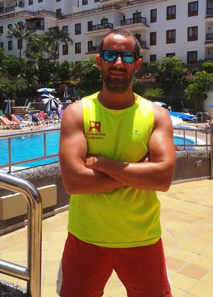 Yeray Rodríguez en la piscina de Apartamentos Casablanca en Puerto de la Cruz, Tenerife