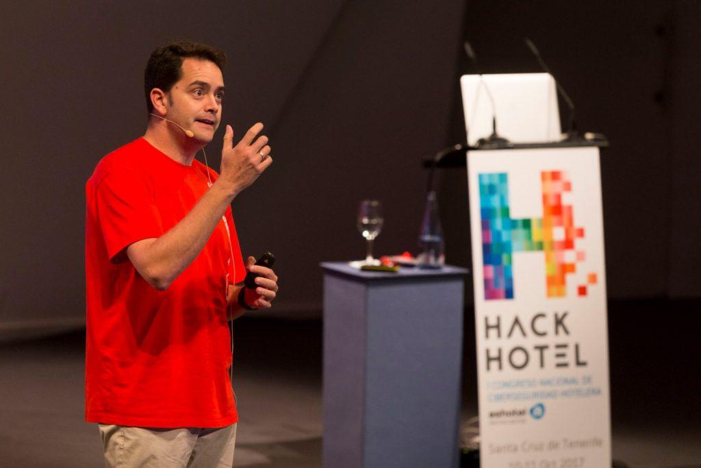 Raúl Siles, hacker ético y analista senior de Dinosec, realizó el ejercicio 'Mistery Hacker Hotel'.
