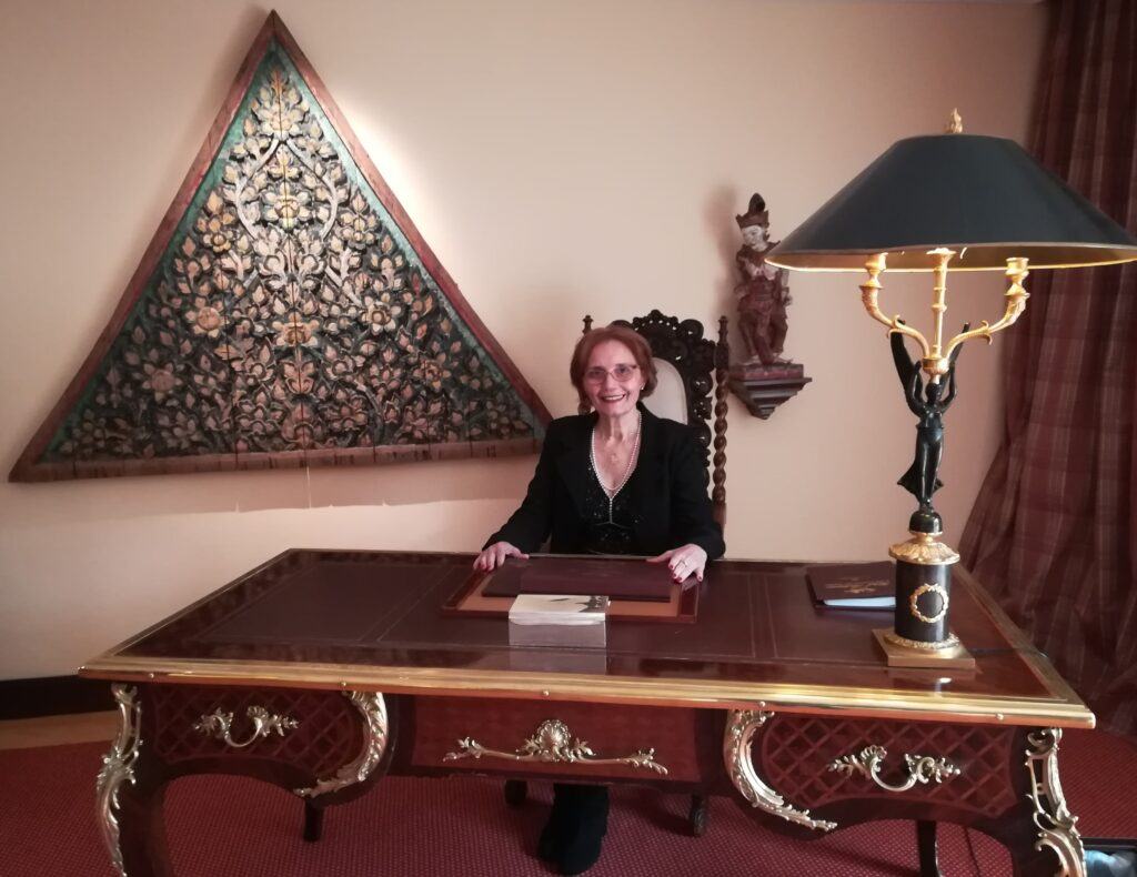 Imagen de Mari Carmen Hernández sentada en una de las estancias de la suite Bill Clinton del hotel Botánico.